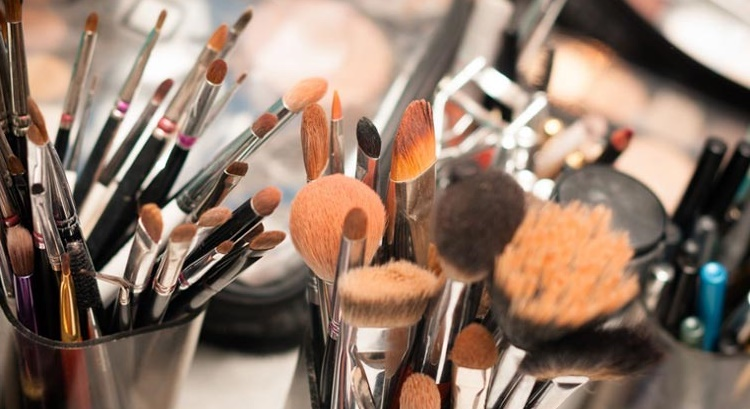 dirty make up tools cause skin breakout