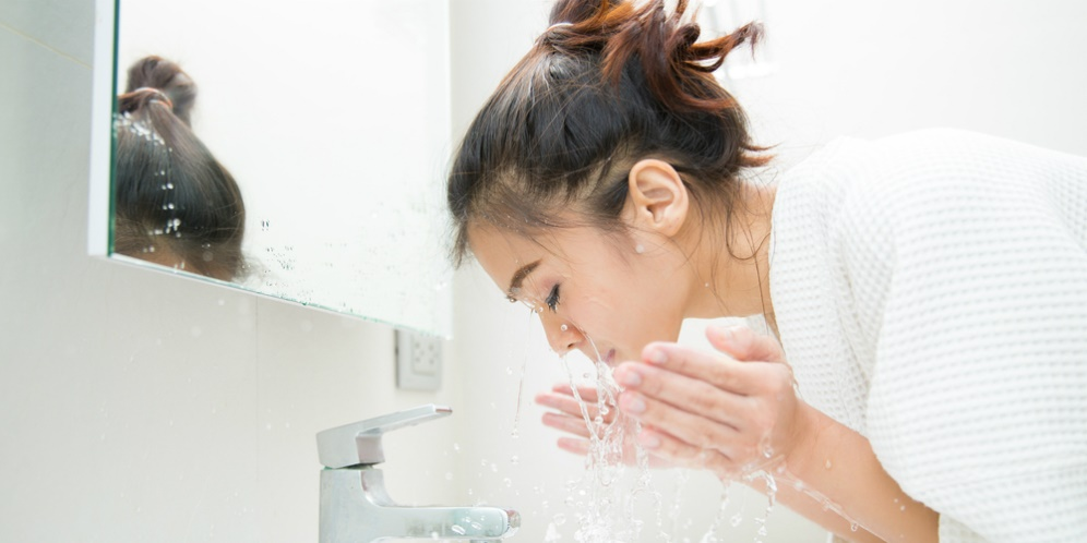 washing face to prevent breakout